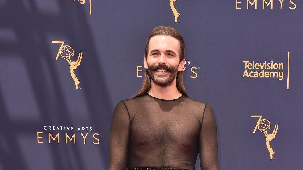 Pakai Gaun Transparan di Karpet Merah, Gaya Aktor Berkumis Ini Jadi Sorotan