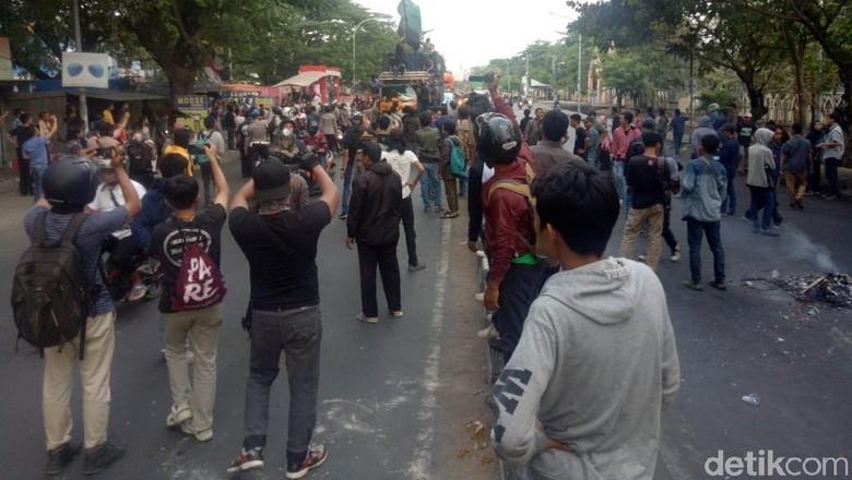 Massa Demo Turunkan Jokowi Nyaris Bentrok dengan Suporter PSM