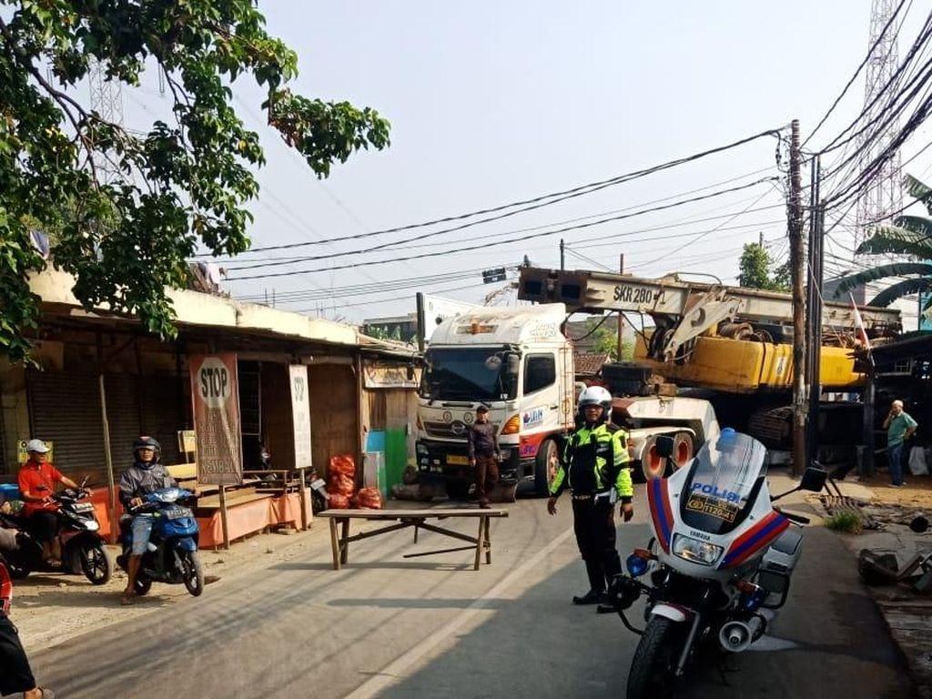 Truk Muatan Crane Masuk Got, Lalin di Jl Bukit Raya Tangsel Macet