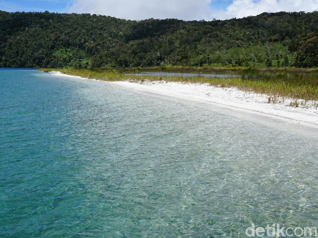 Ajaib! Pantai Pasir Putih di Atas Pegunungan Papua Barat