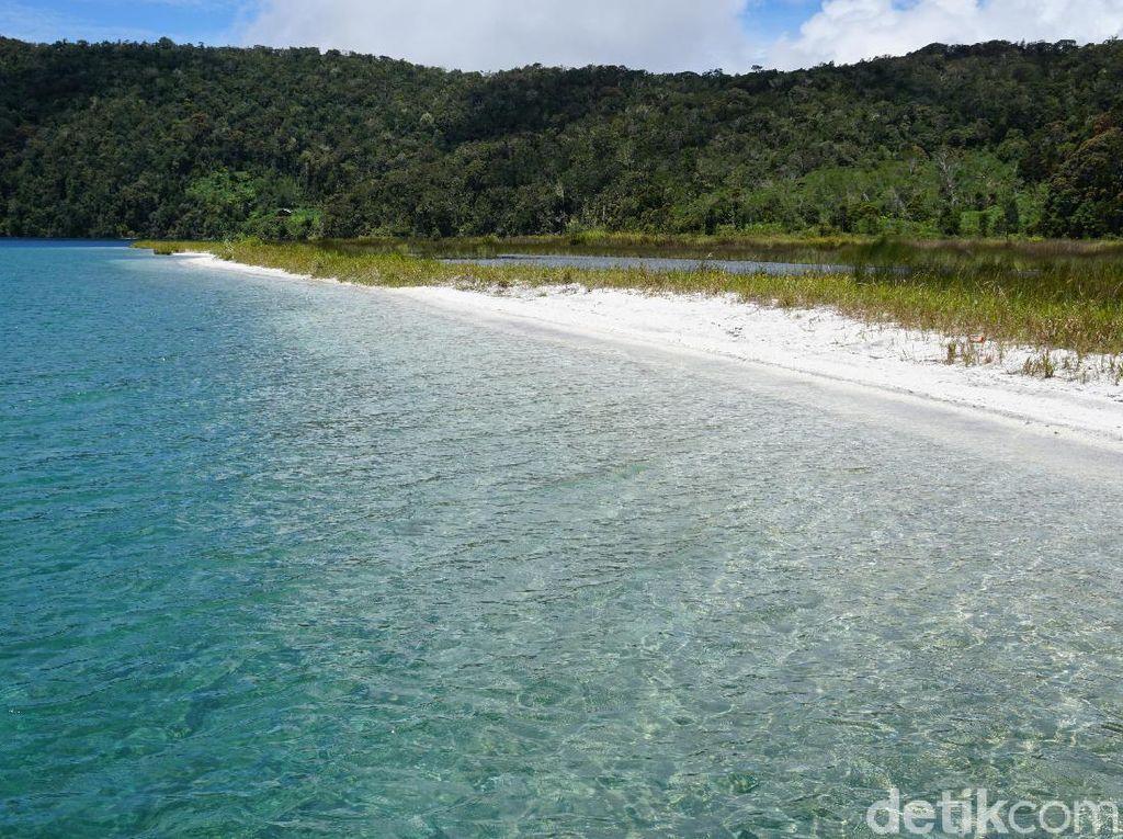 Foto: Pantai Pasir Putih di Atas Pegunungan Papua Barat