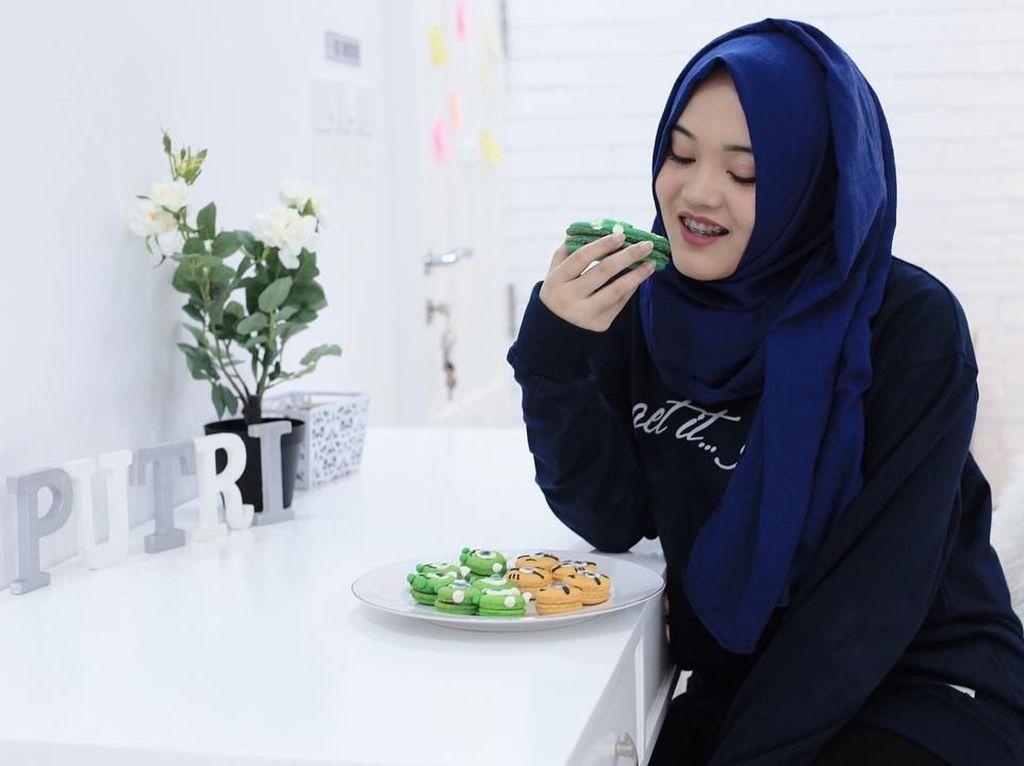 Intip Pose Manis Putri Delina, Anak Sule dengan Makanan Favoritnya