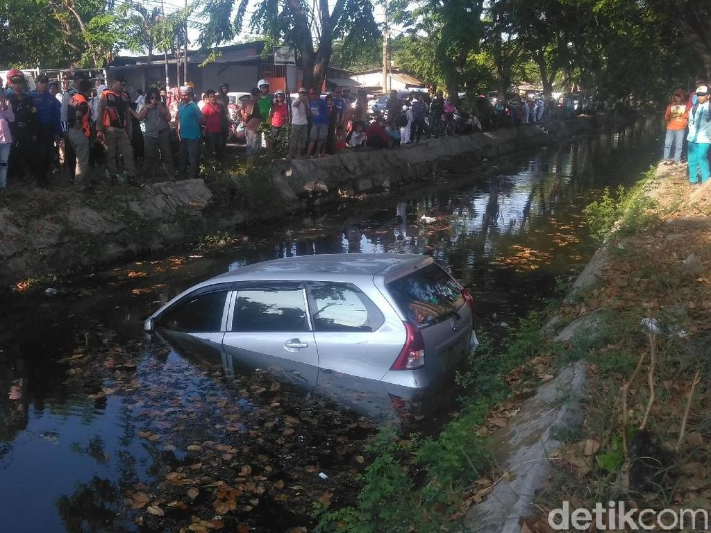 Pemilik Lupa Tarik Rem Tangan, Mobil Ini Nyemplung Sungai