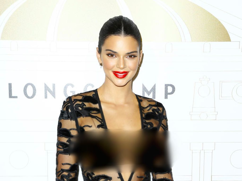 10 Gaya Terseksi Kendall Jenner yang Foto Intimnya Tersebar di Internet