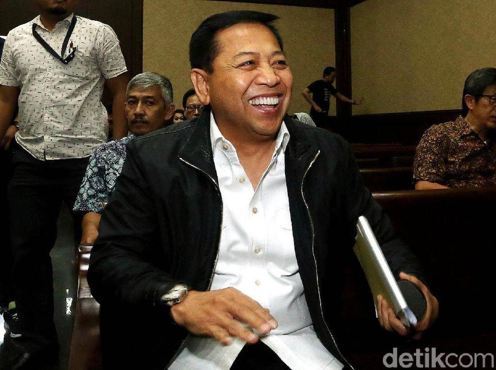 Setya Novanto Cekikikan di Sidang e-KTP