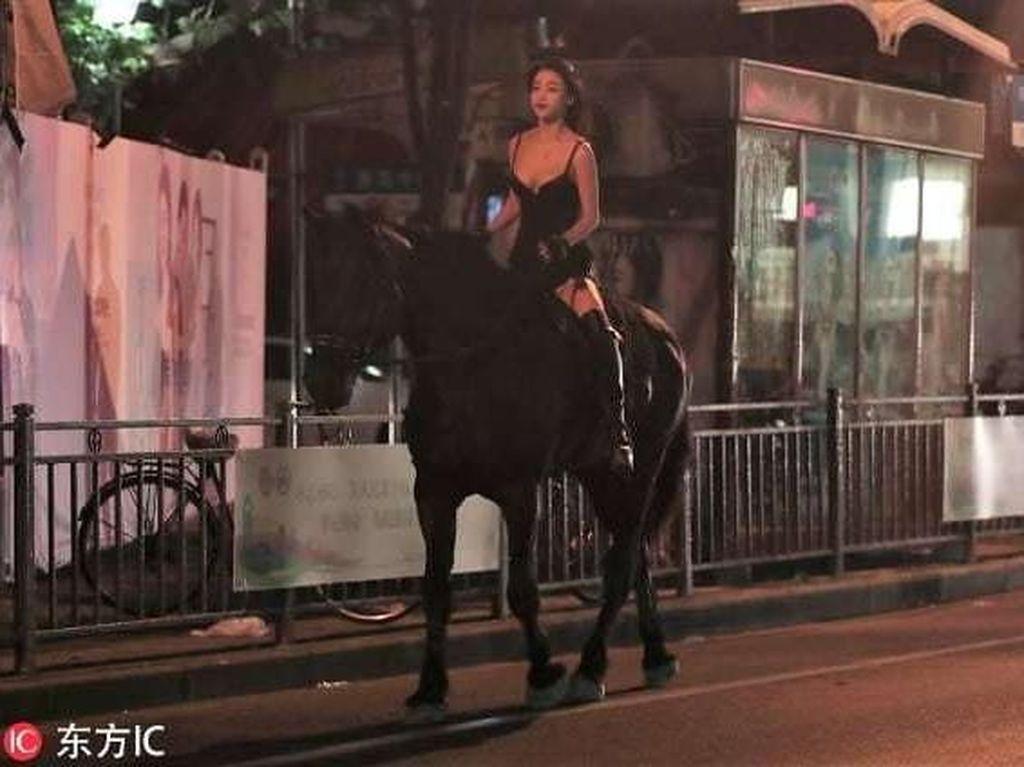 Saat Cewek Berbaju Seksi Naik Kuda Keliling Kota di Malam Hari