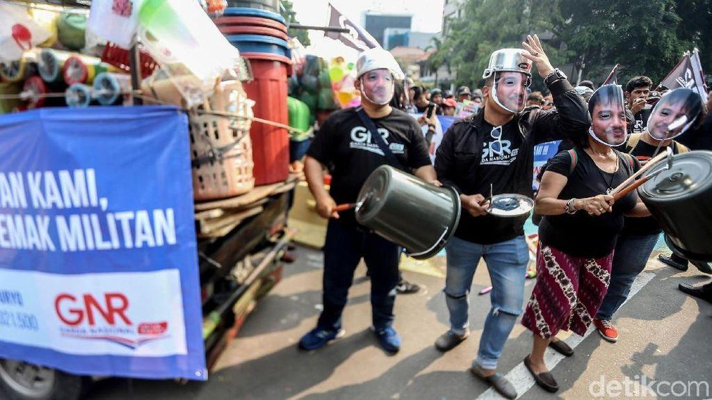 Demo Roy Suryo, Massa Tenteng Perabot Rumah Tangga