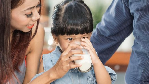 Ilustrasi anak minum susu