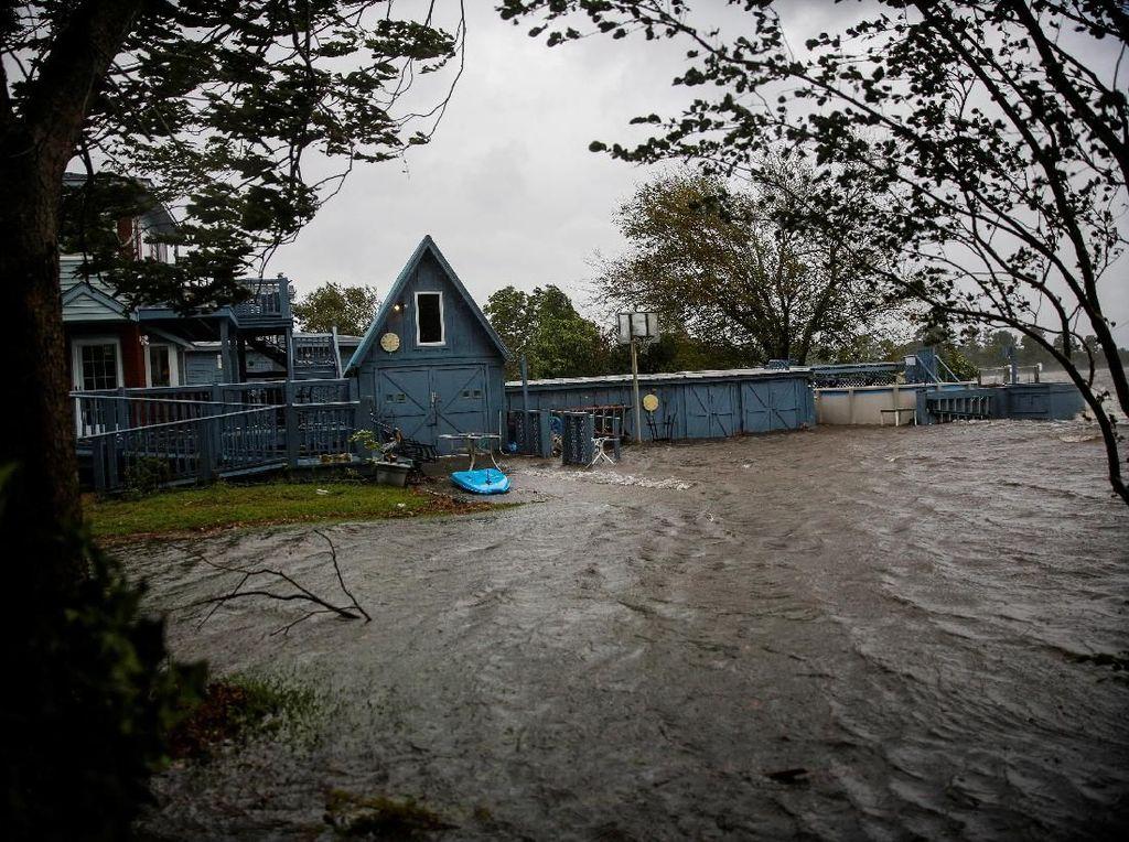 Badai Florence Terjang AS, Atap Rumah Terbang dan Pohon Tumbang