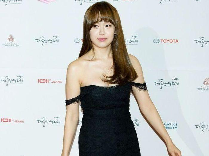 Wanita cantik asal Korea Selatan ini adalah seorang aktris bernama Yoo So-Young. Kabarnya dia menjalin hubungan khusus dengan Son Heung-Min. (Instagram)