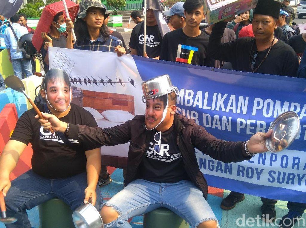 Bawa Ember-Panci, Massa Demo Demokrat soal Roy Suryo