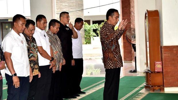 Jokowi mengimami salat