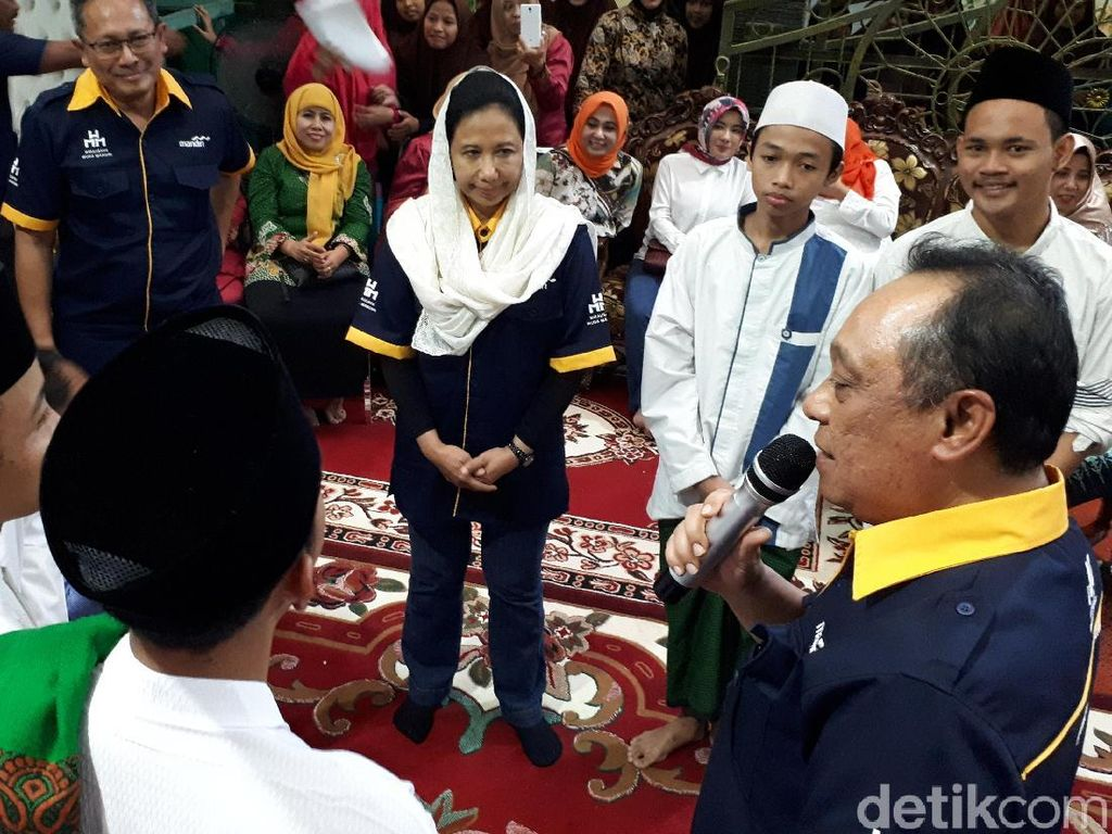 Rini Beri Hadiah Tabungan ke Puluhan Santri di Surabaya