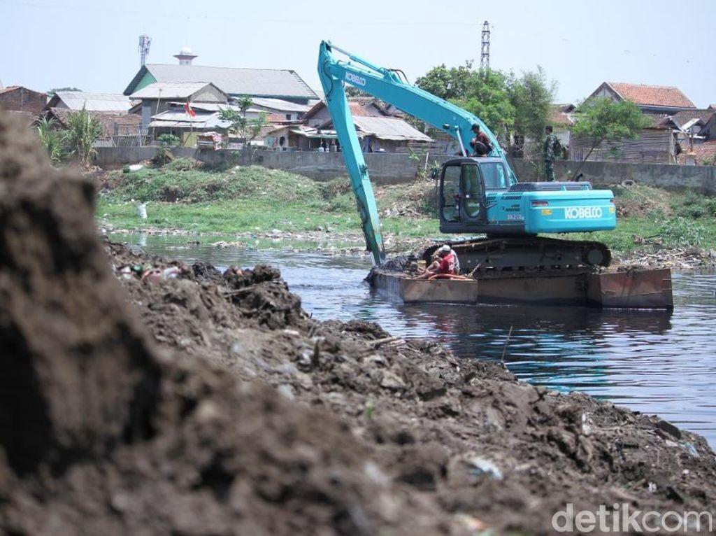 Alat Berat Keruk Sedimentasi di Sungai Citarum