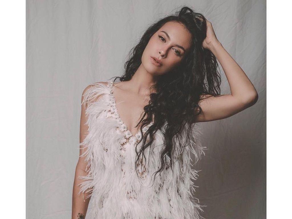 Sophia Latjuba Cengar-cengir Ditanya Soal Foto Pria Bule Bersamanya