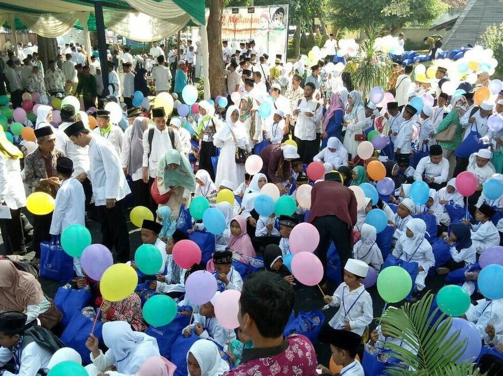 Bupati Anas Serahkan Beasiswa Rp 15 Miliar untuk Anak Yatim
