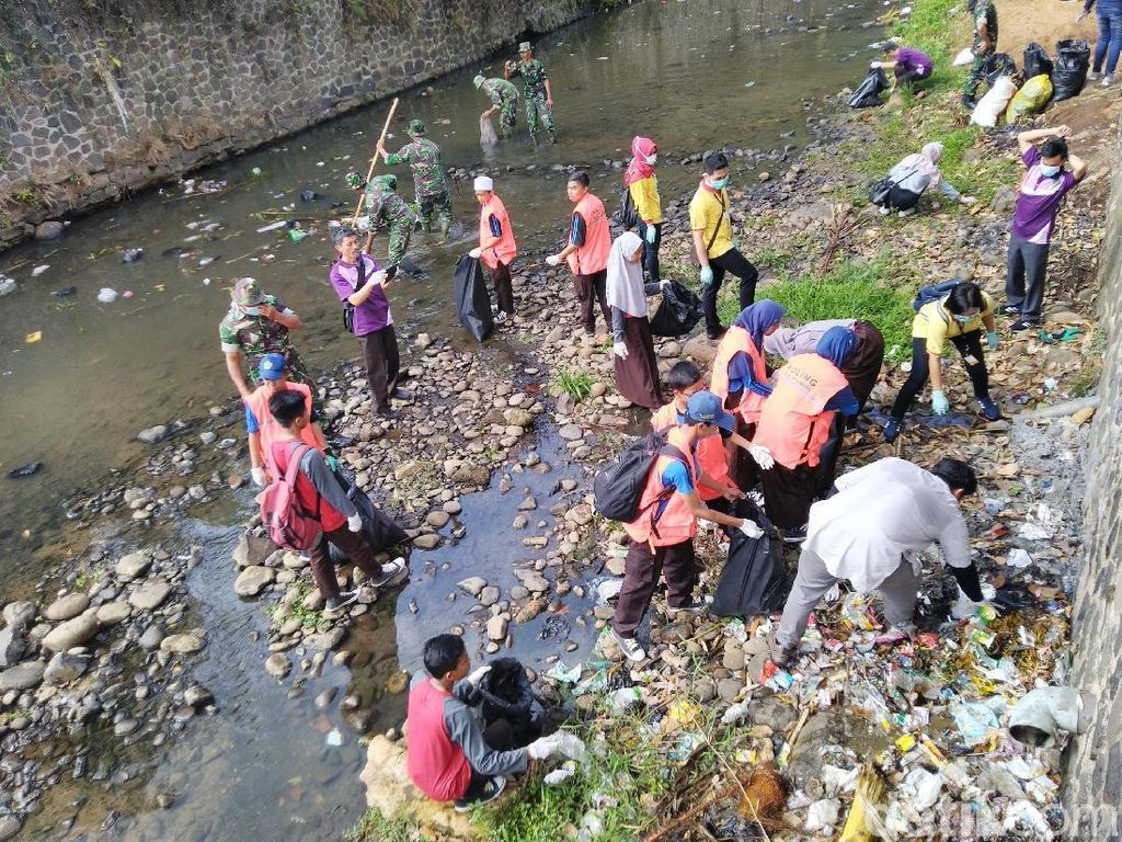 Warga Ciamis Keroyokan Angkut Sampah Busuk di Sungai
