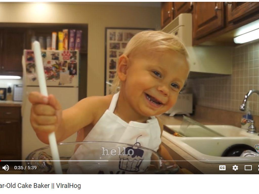 Gemasnya Melihat Bocah Dua Tahun Jadi Baker