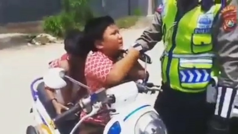 Viral Bocah SD Nangis dan Cium Tangan Polisi Saat Ditilang