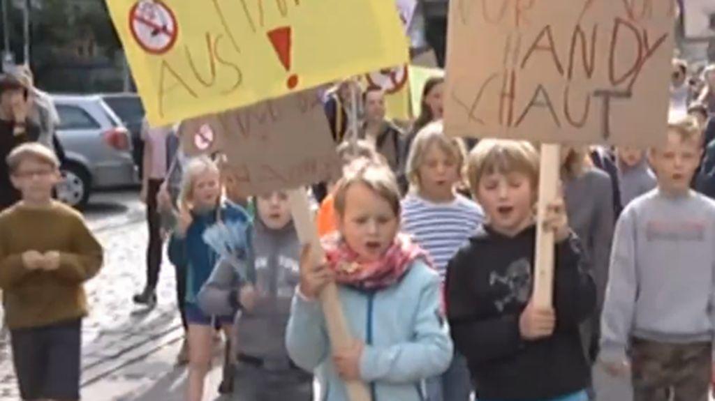 Anak-anak Jerman Demo di Jalanan, Protes Ortu Sibuk Main HP