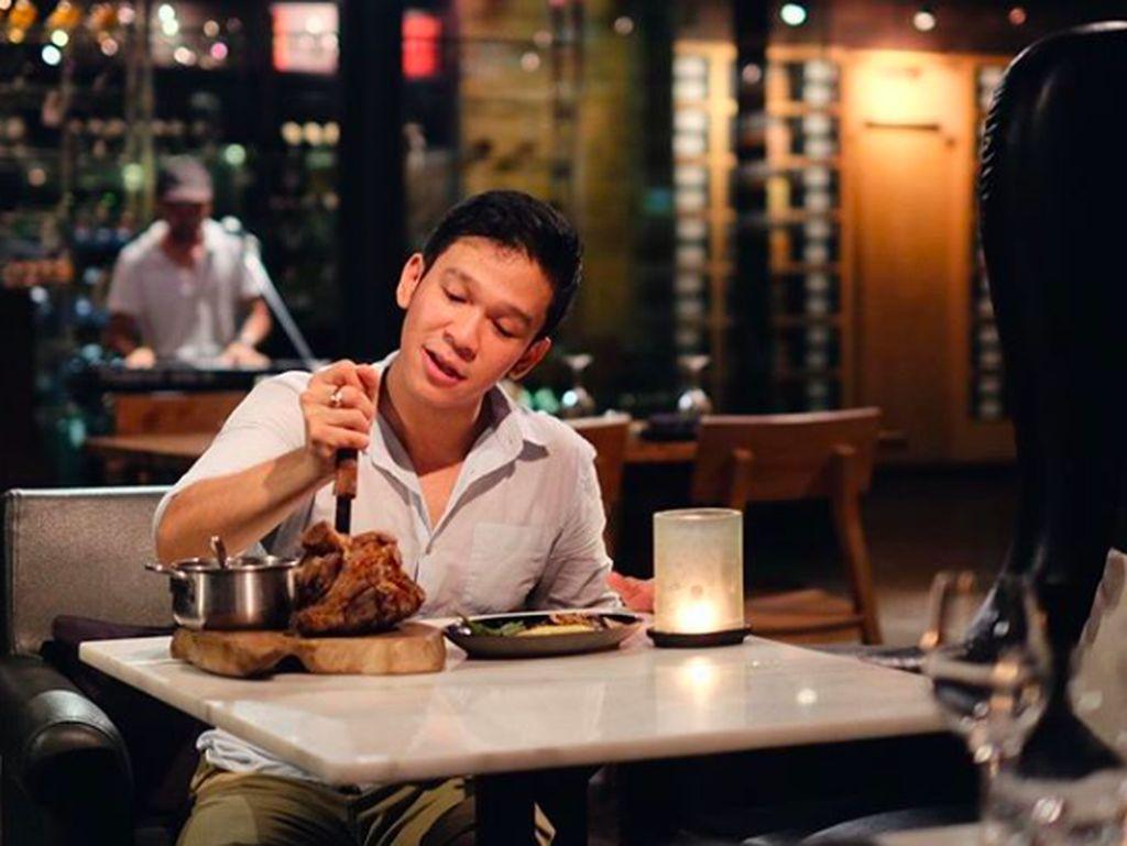 10 Momen Kulineran Seru Jordi Onsu di Bali hingga Disneyland