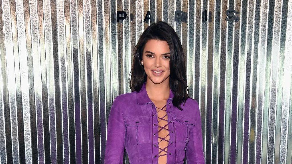 Absen Jadi Model Catwalk, Kendall Jenner Tampil Seksi Jadi Tamu