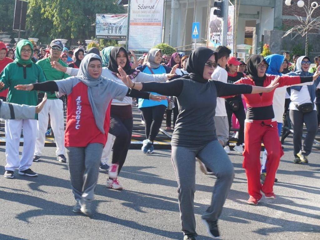Ribuan Warga Tuban Larut dalam Goyang Dayung ala Jokowi