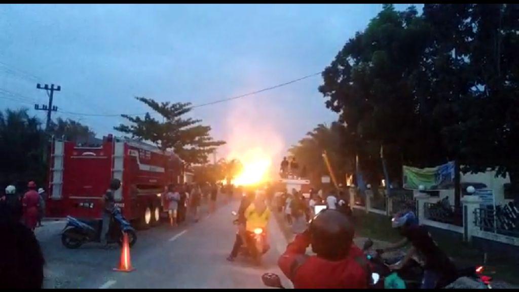 Foto: Semburan Api dari Pipa Gas Chevron di Riau