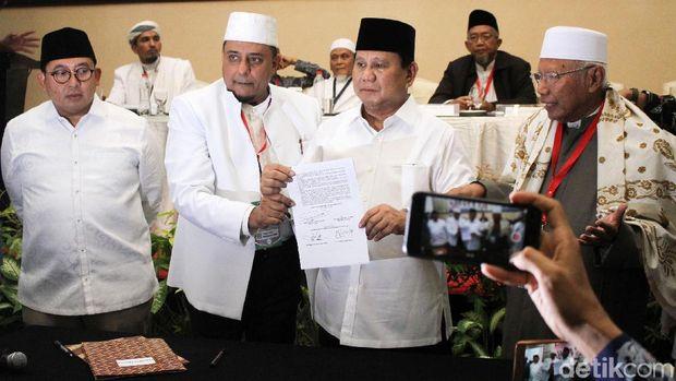 Prabowo Teken Pakta Integritas Ijtimak Ulama II /