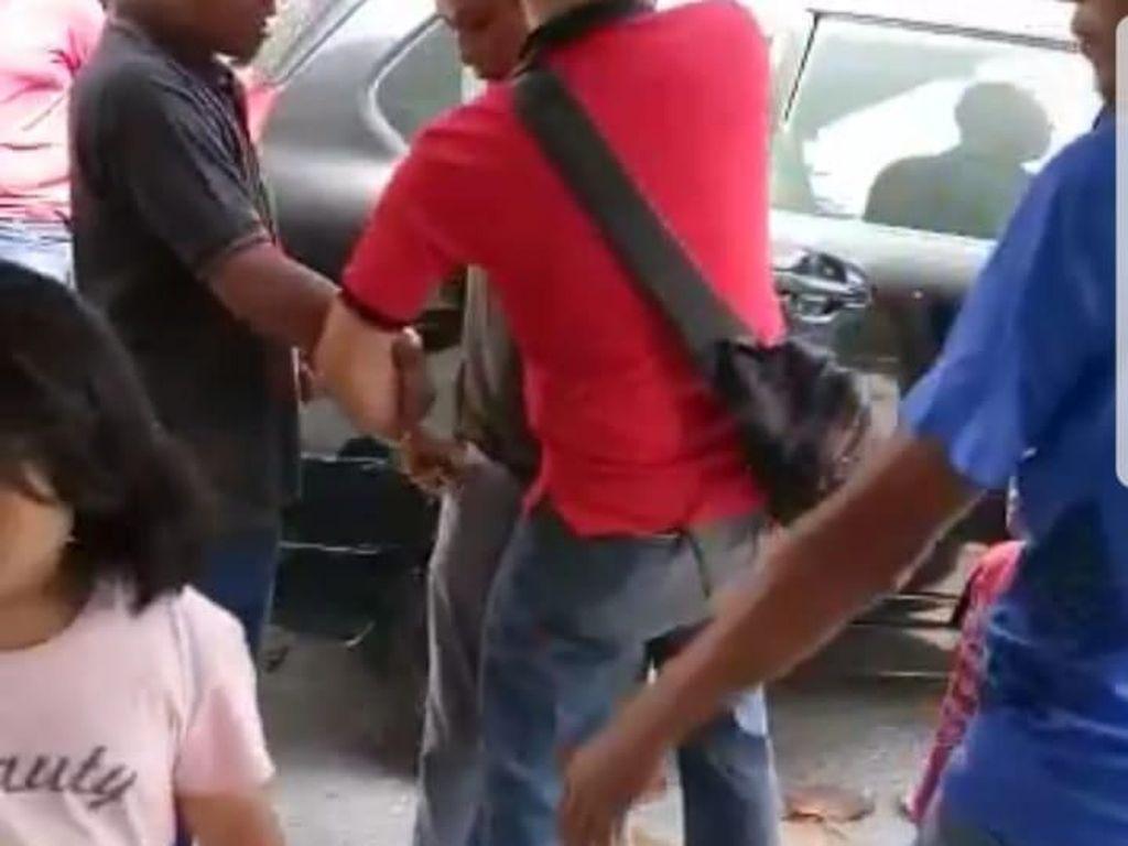 Foto: Dramatisnya OTT ke Anggota DPRD Golkar Soal Dana Gempa Lombok