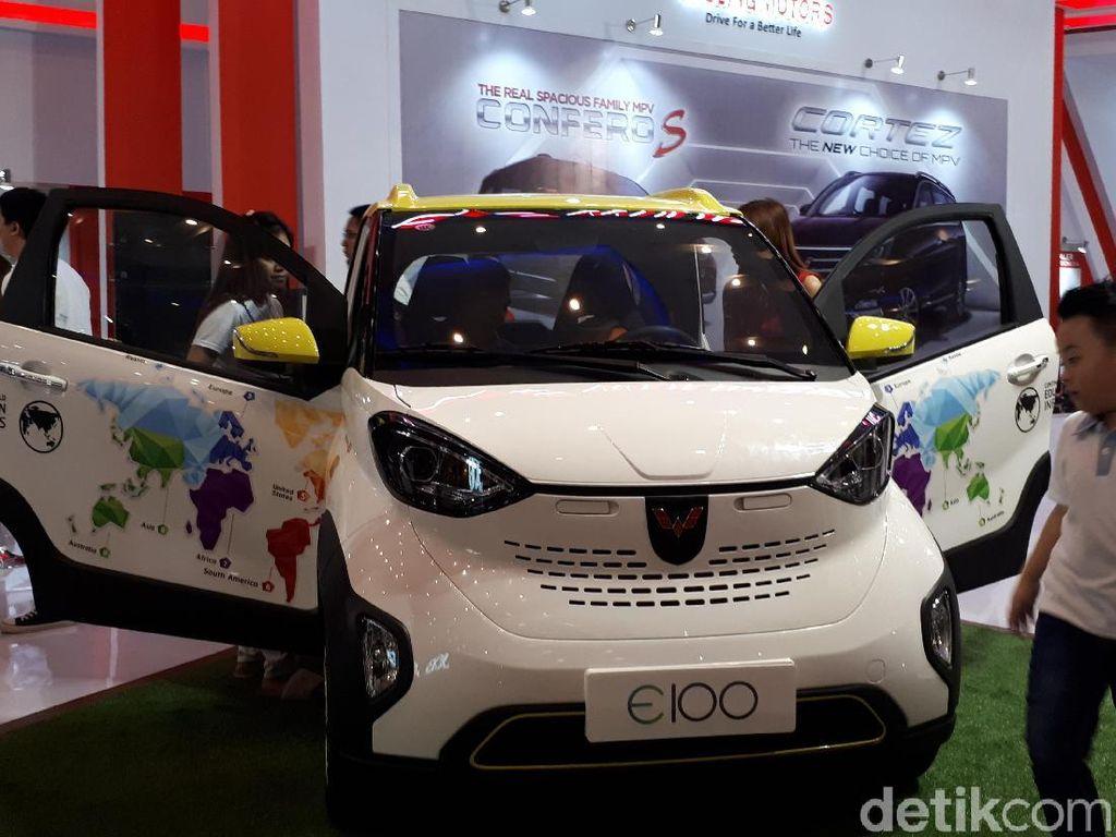 Mobil Listrik Wuling Sedot Perhatian Warga Surabaya