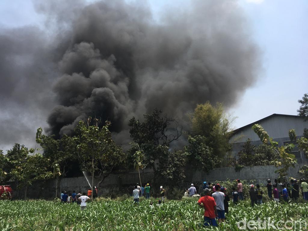 Pabrik Minuman Kemasan di Mojokerto Terbakar, Terdengar Suara Ledakan
