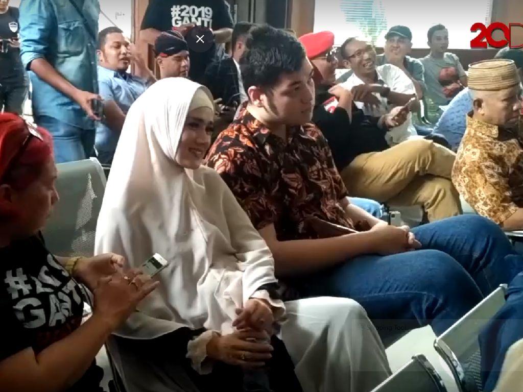 Pertama Kali! Mulan Jameela Temani Ahmad Dhani Sidang
