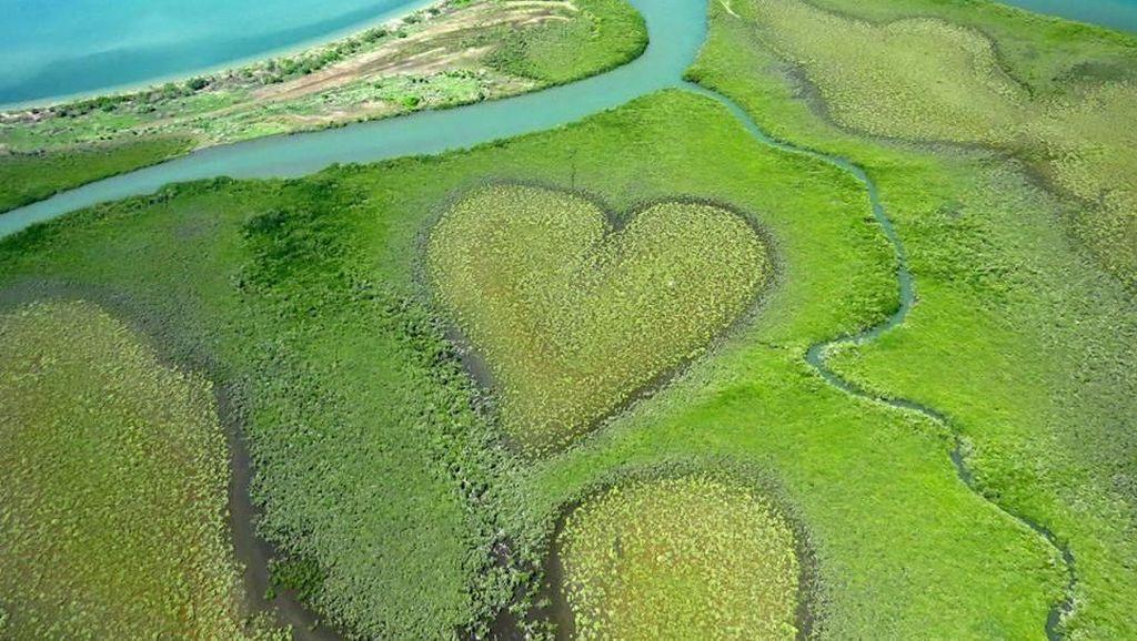 Pulau Hati, Liukan Jalan Tol, dan Foto Unik Lain dari Udara