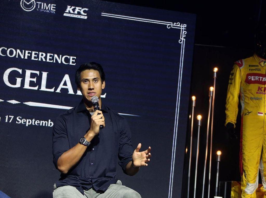 Sean Gelael Lelang Atribut Balap untuk Korban Gempa Lombok