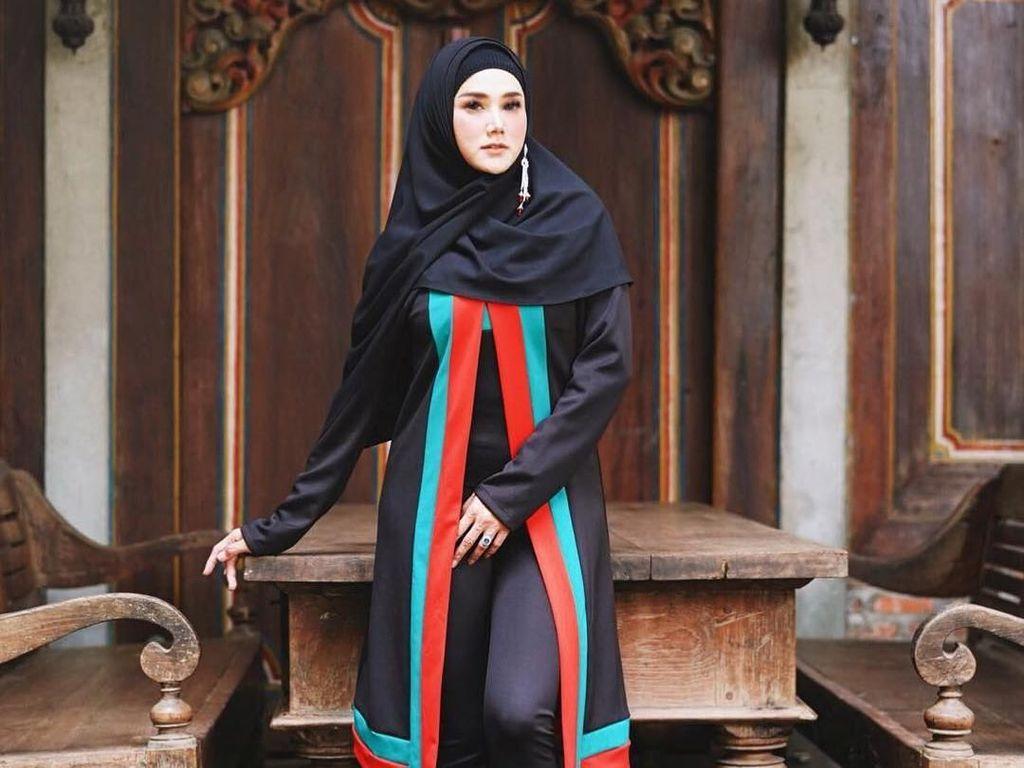 Setelah Baju Syari, Mulan Jameela Pamer Gaya Hijab Beranting Satu