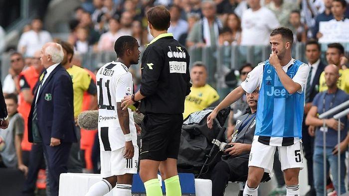 Douglas Costa dikartu merah karena meludahi pemain Sassuolo (REUTERS/Massimo Pinca)