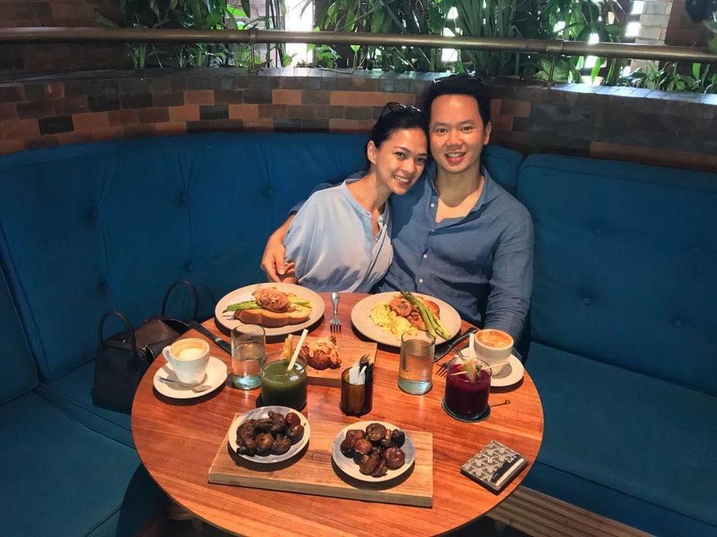 Romantis! Ini Mesty Ariotedjo dan Suami yang Hobi Makan Bareng
