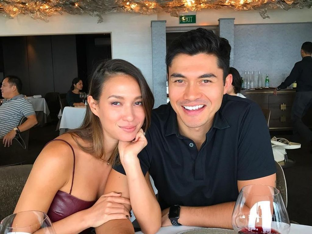 Tampannya Henry Golding Crazy Rich Asians, Saat Makan Chilli Crab