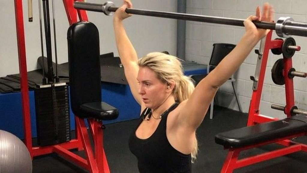Kekarnya Pegulat Cantik Charlotte Flair Saat Tampil di Arena WWE