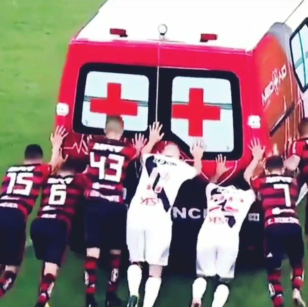 Kompak, Pemain Dua Klub Ini Dorong Ambulance yang Mogok di Lapangan