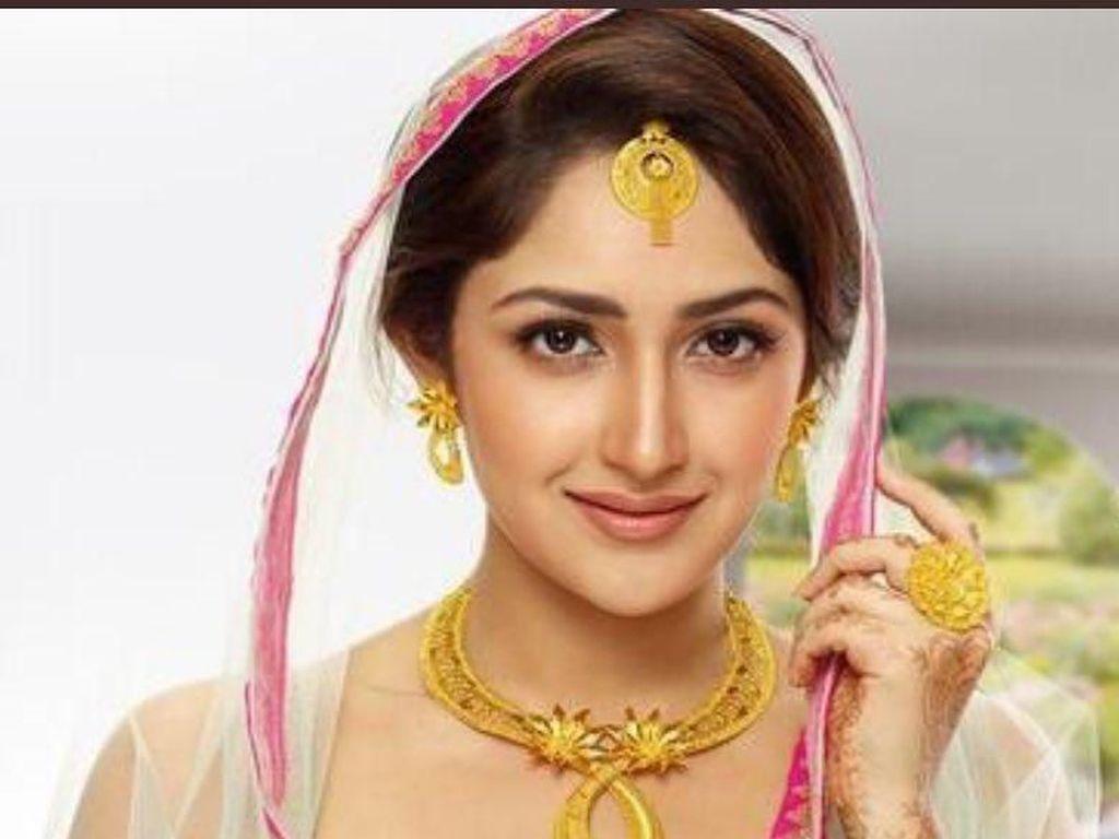 Jalan-jalannya Artis Bollywood Cantik, Sayesha Saigal
