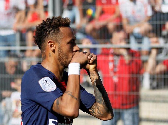 Neymar harus diwaspadai bukan hanya karena kelincahannya, tapi juga karena aksi divingnya (Emmanuel Foudrot/REUTERS)