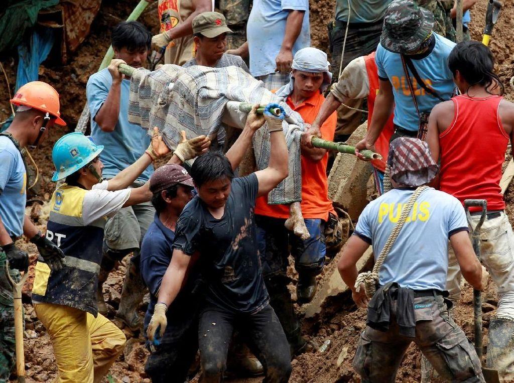 Proses Evakuasi Korban Topan Mangkhut