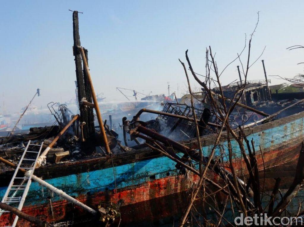 Penampakan Bangkai 5 Kapal yang Ludes Dilalap Api di Pekalongan