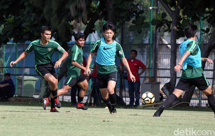 Ia ikut berlatih bersama-sama rekannya di Timnas Indonesia U19 di Lapangan ABC, Senayan, Jakarta, Selasa (18/9). Ia pun tampak lebih bugar.