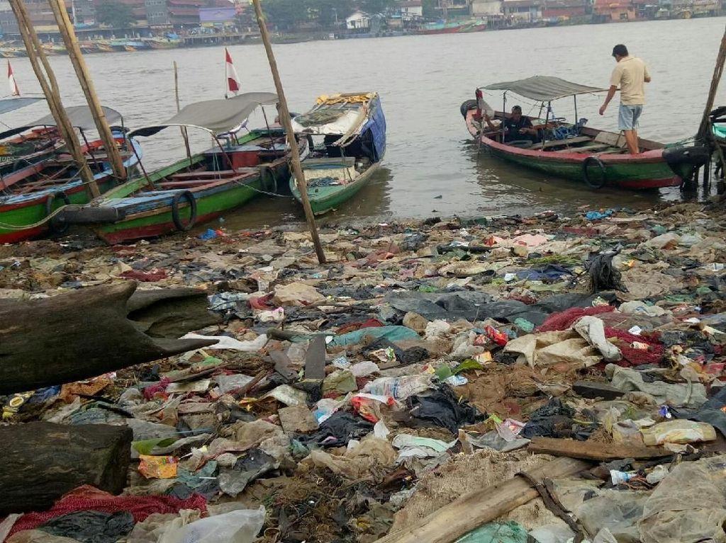 Foto: Lautan Sampah Sungai Musi di Jembatan Ampera