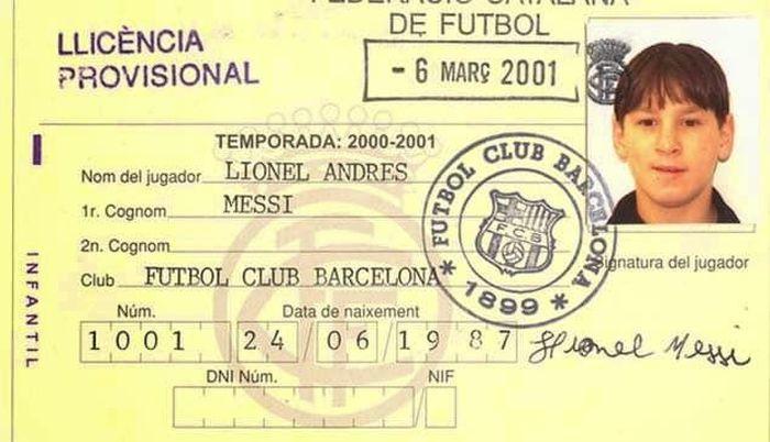 Tertanggal 6 Maret 2001, ini adalah kartu anggota Lionel Messi sebagai pemain La Masia. Tanda tangan di sisi kanan bawah kartu itu kini sudah bernilai triliunan rupiah. (ist.)