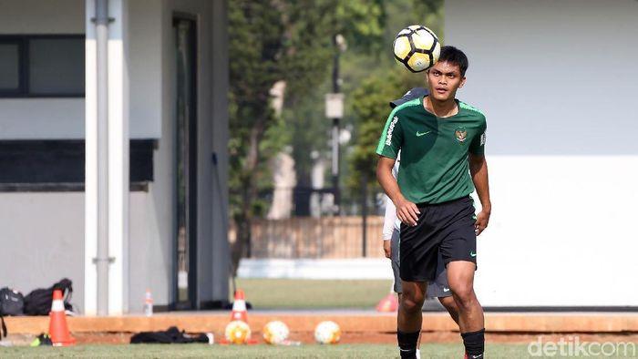 Bek Persebaya, Rachmat Irianto atau yang akrab disapa Rian, turut berlatih bersama-sama Timnas Indonesia U-19 di Lapangan ABC pagi tadi. Dia tampak bugar usai mengalami cedera.