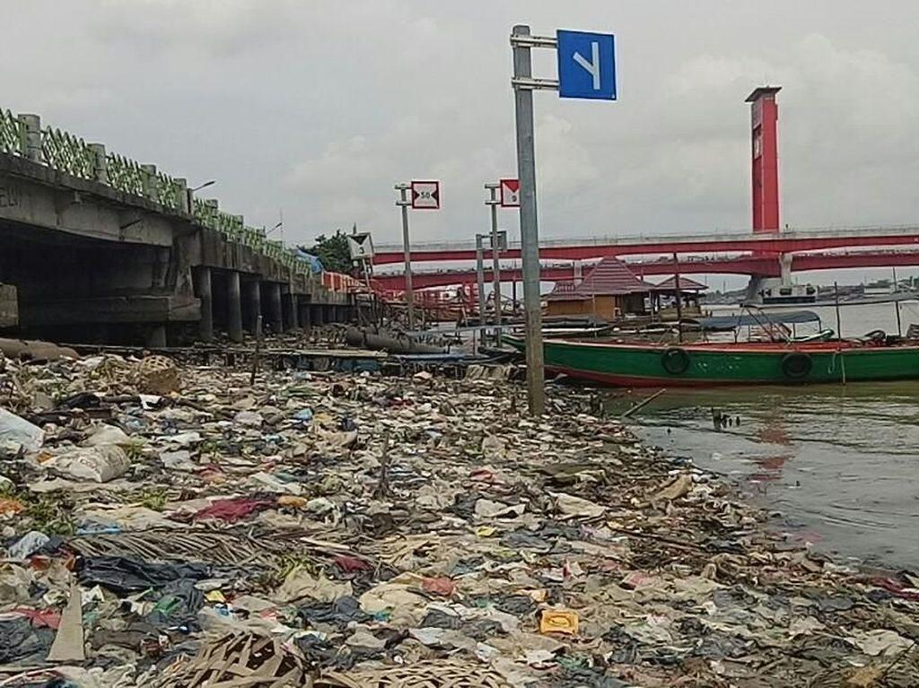 Jorok!!! Bibir Sungai Musi di Jembatan Ampera Dipenuhi Sampah
